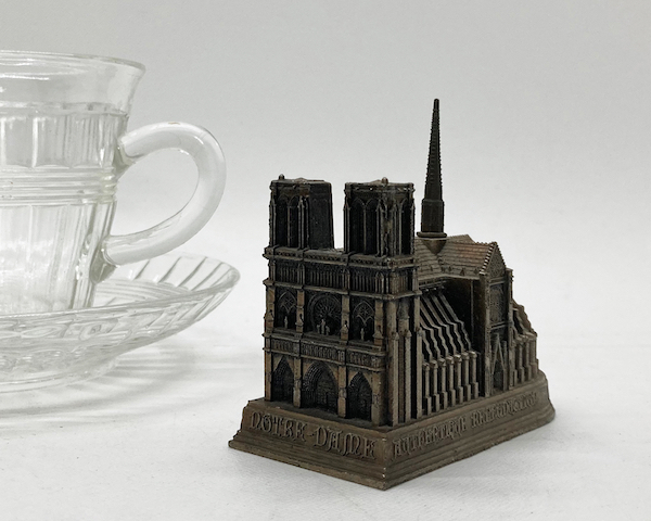http://www.graphio-buro.com/blog/cathedrale_notre_dame1.jpeg