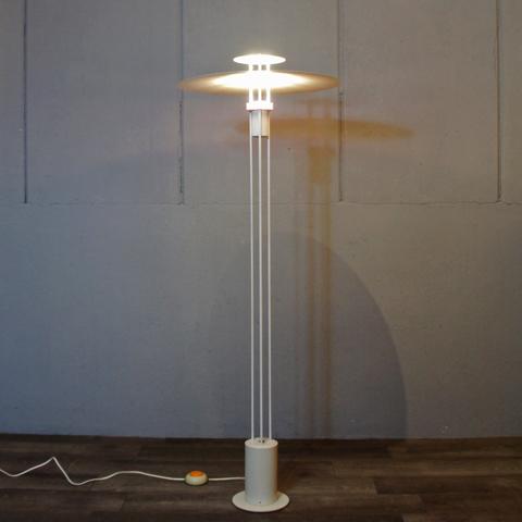 http://www.graphio-buro.com/blog/frandsen_3line_floorlamp1.JPG