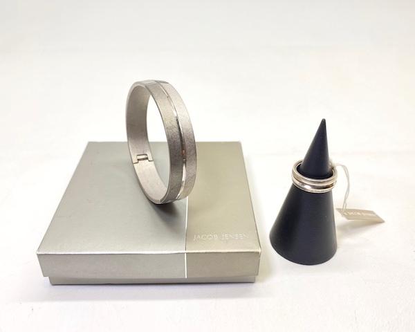 http://www.graphio-buro.com/blog/jacob_jensen_ring_bracelet3.png