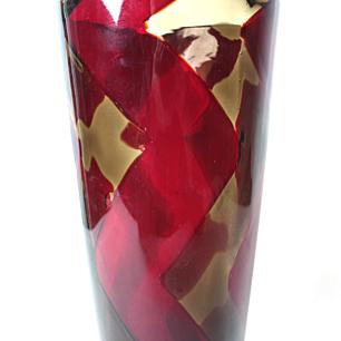 アンバーと赤の斬新で直線的な模様