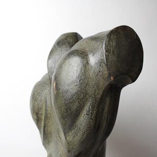 ブロンズのような木彫肉体表現