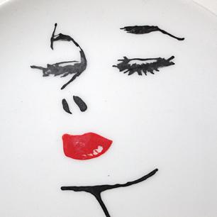 口紅の女性 絵皿-1