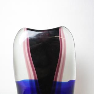 ガラスに流れる紫のレイヤーと青い帯