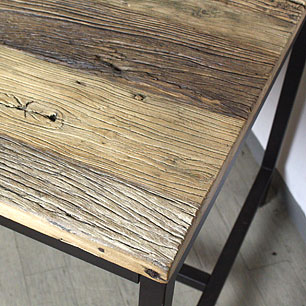 木肌を活かした楡材のテーブル