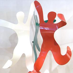 踊り廻るトリコロールダンサー