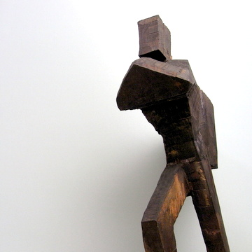 木彫り「荷を担ぐ人」