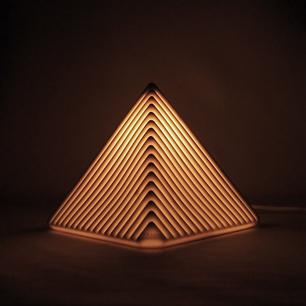 光と影の階層ピラミッド