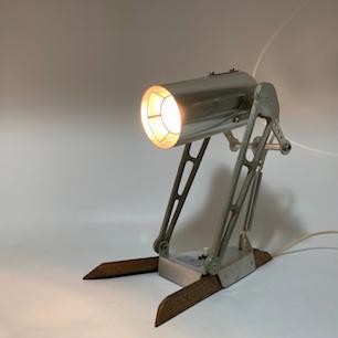 機械の体を持つ光