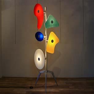 5色に輝く抽象彫刻