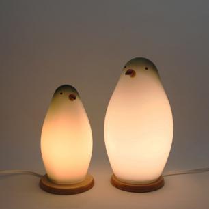 癒しを灯すペンギン親子
