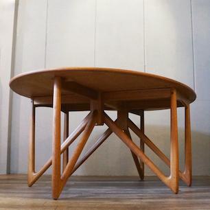 食卓の下で戯れる美脚