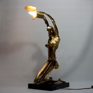 光をかざすイタリア彫刻
