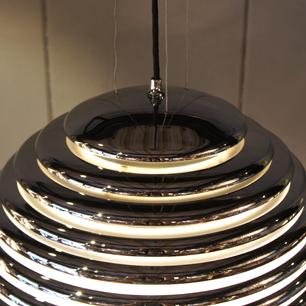 巨大金属製の土星