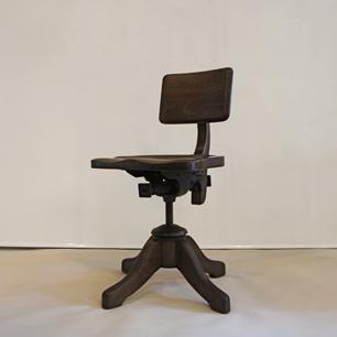 木と鉄 貫禄の椅子