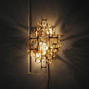 光と影の壁面彫刻